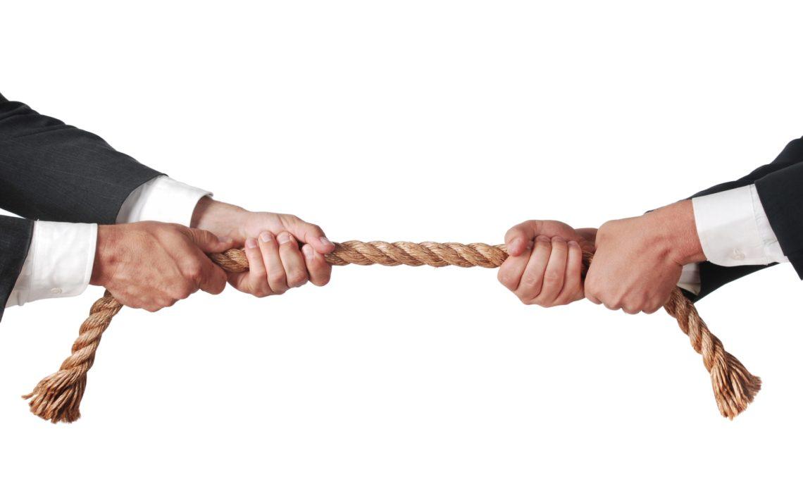 Спор между двумя компаниями о деньгах жителе